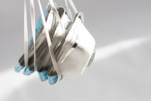 白い背景の上のppeマスク呼吸器