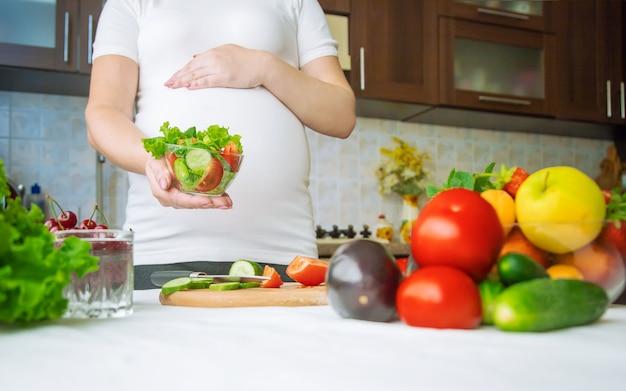 妊婦が野菜や果物を食べる