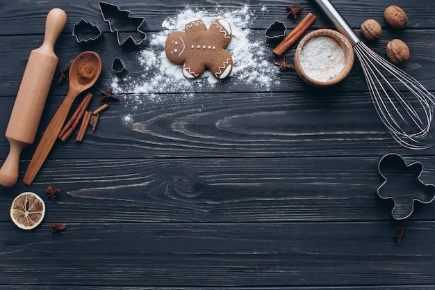 Подготовка и изготовление печенья для рождественской вечеринки на деревянном фоне.