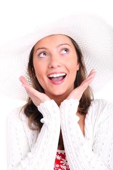 白い背景の上に笑みを浮かべて帽子をかぶったかなりセクシーな女性
