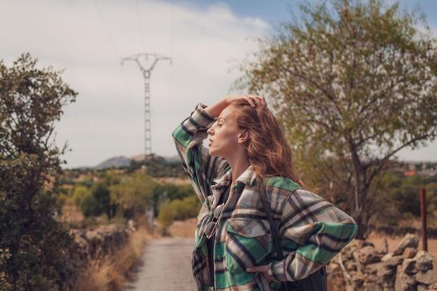 トレイルの脇を見ながら生姜髪を気遣う美女