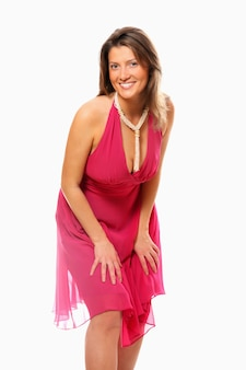 白い背景に笑みを浮かべてピンクのドレスを着たかなり若い女性