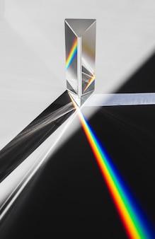 프리즘 분산 햇빛 흰색 배경에 스펙트럼으로 분할.