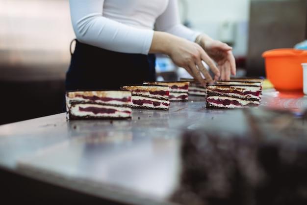 プロの菓子職人が美味しいケーキを作って飾ります。