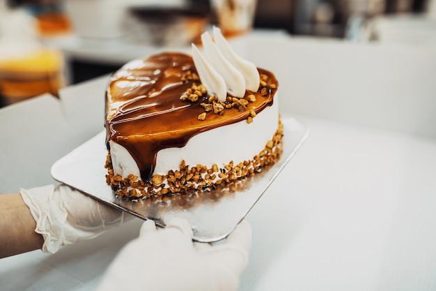 전문 제과점이 맛있는 케이크를 만들고 장식합니다.