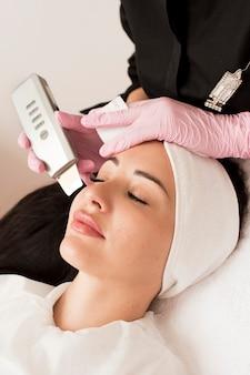 Профессиональный косметолог делает процедуру по очищению кожи.