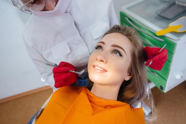 プロの歯科医が患者の治療と検査を行います