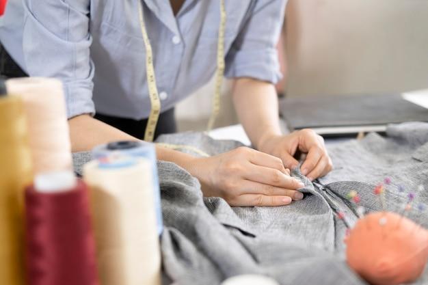 イタリアの伝統に従って新しい靴のモデルを描くプロのファッションデザイナー。コンセプト:ファッション、デザイン、モード、スタイル