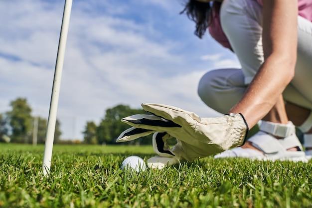 ゲームを開始する前にボールを打つパラメータを測定するプロの女性アスリート