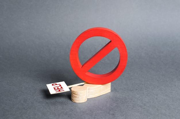 プラカードを持った抗議する男が大きな赤い禁止記号noに押しつぶされる