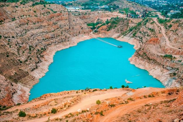 クリミア半島の有名な自然のランドマークにあるハートの形をしたターコイズブルーの水を使った採石場