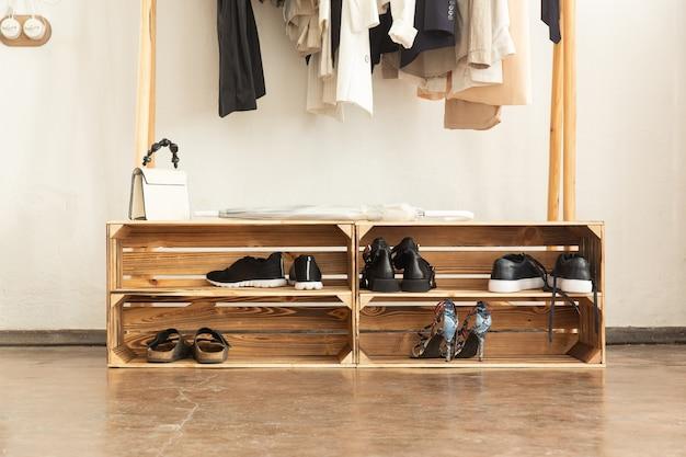 탄 나무로 만든 상자 선반. 로프트 스타일 또는 스칸디나비아 신발 선반. 인테리어의 트렌드 요소.
