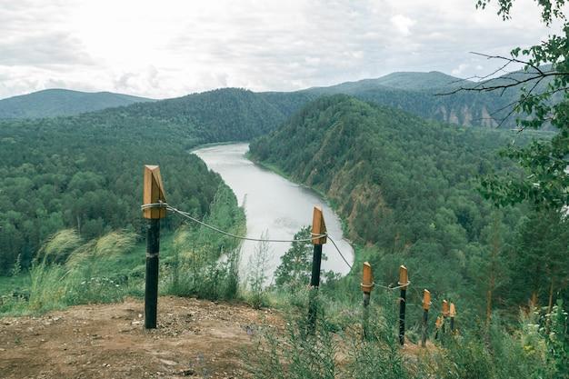 川を背景にしたレール付きハイキングコース