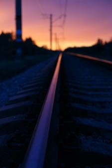 夕日の光の中の線路