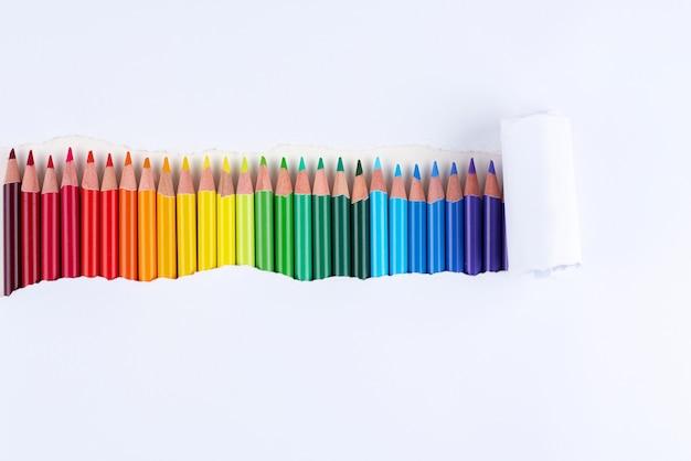 찢어진 된 흰 종이의 스트립에 연필의 무지개.