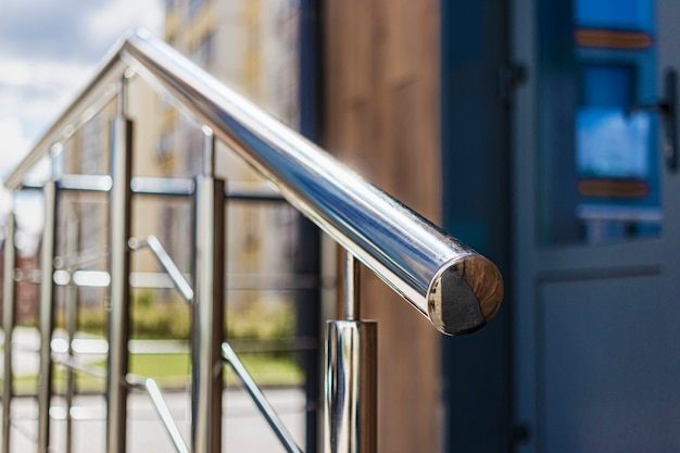 장애인 및 고령자의 편의를 위해 주거용 건물 입구에 경사로 및 금속 난간.