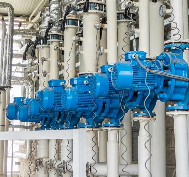 一連の青い電動ウォーターポンプ。業界のチュービングとモーター