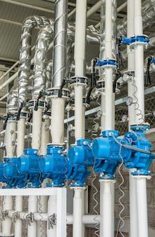 다양한 파란색 전기 워터 펌프. 업계의 튜빙 및 모터