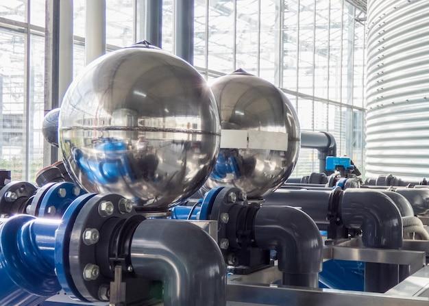 Ассортимент пластиковых водопроводных труб с большими металлическими шариками