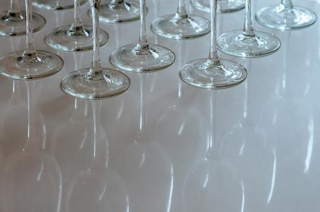 Ряд пустых бокалов для вина тусклый естественный свет из окна
