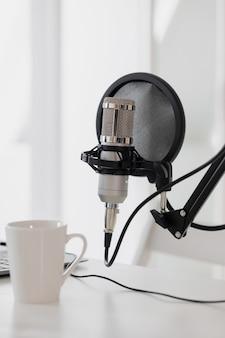 マイクとヘッドホンを備えたレコーディングスタジオポッドキャストを録音して作成するためのスタジオ