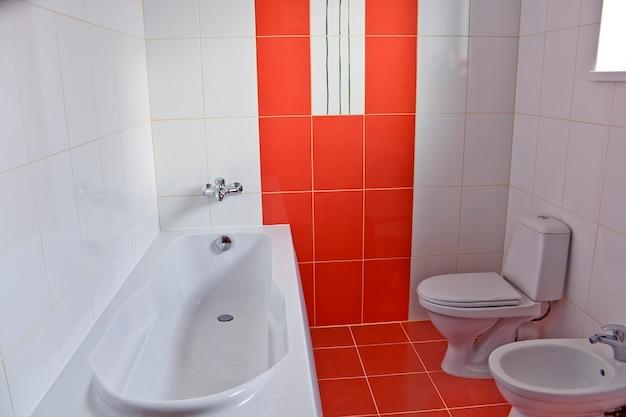 赤と白のバスルーム