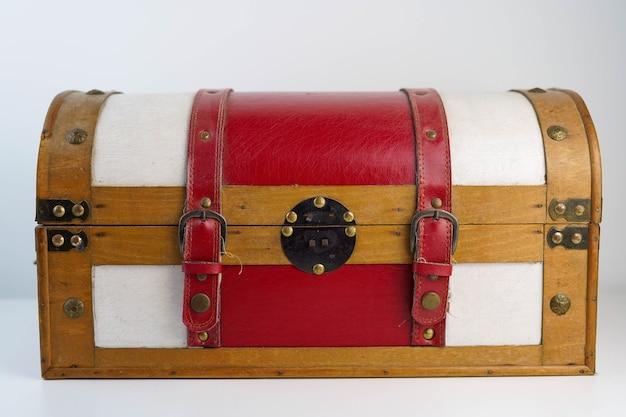 オブジェクトを格納するための赤と白の木製トランク