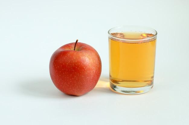 赤いリンゴとリンゴジュース1杯