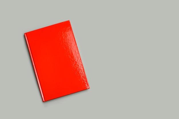 복사 공간이 있는 회색 배경에 빨간 책