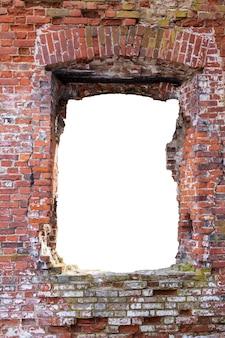 真ん中に穴の開いた赤レンガの壁。白い背景で隔離。高品質の写真