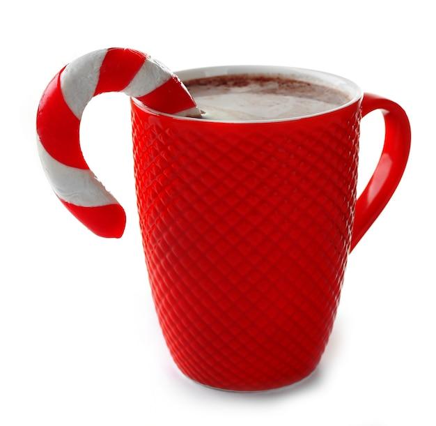 ココアとクリスマスのお菓子の赤いカップ、白で隔離
