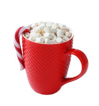 ココア、マシュマロ、クリスマスキャンディーの赤いカップ、白で隔離