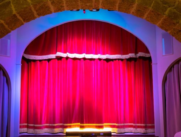 古くて非常に小さなイタリアの劇場の赤いカーテン。