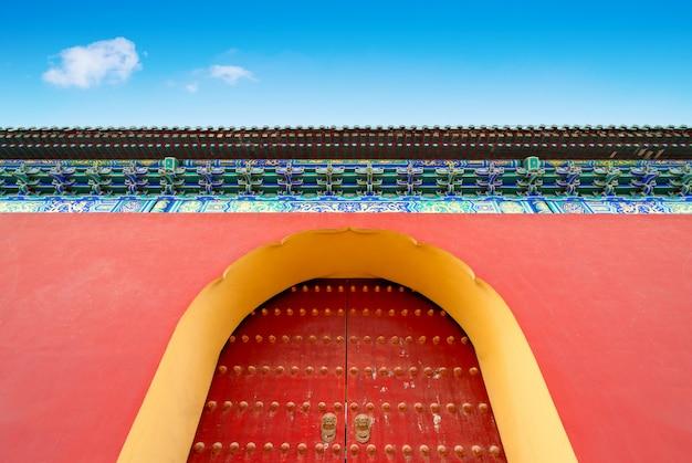 Красная дверь с китайским украшением на temple of heaven в пекине, китай (tian tan в пекине, китай).
