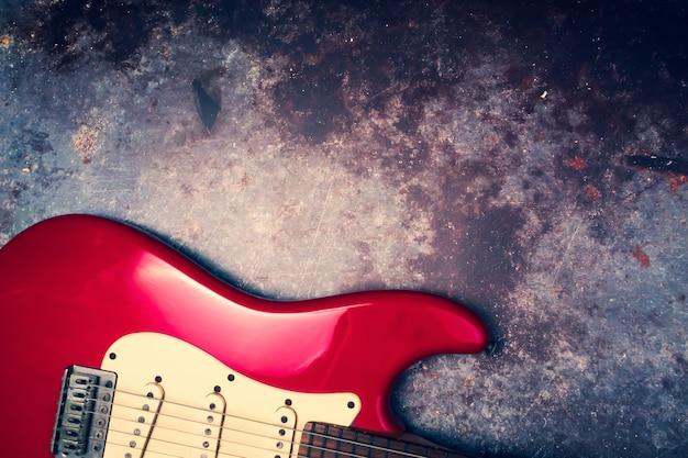 グランジ背景に赤いエレクトリックギター。