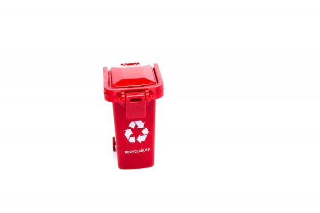 コピースペースで白い背景に赤い空のごみ箱