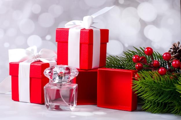 빨간 선물 상자와 아름다운 향기로운 향수 한 병. 크리스마스 배경