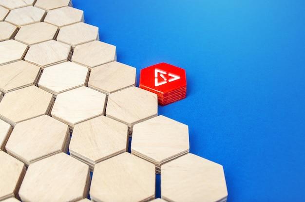 注意記号の付いた赤い六角形が他の形状の配列に付着している侵入の不整合