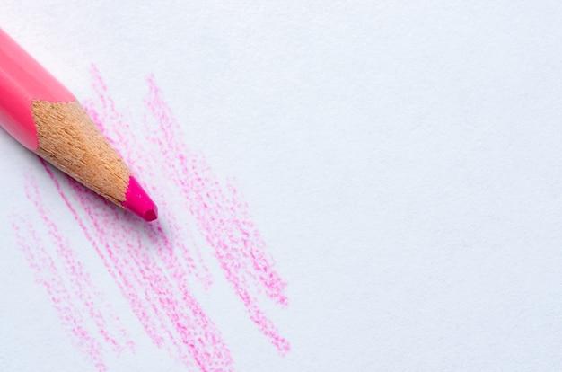 빨간 연필이 흰 종이에 선을 그립니다.