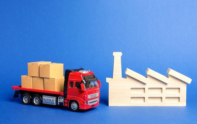 Красный грузовик с ящиками стоит возле завода услуги по перевозке грузов, продукции, логистике в отрасли.