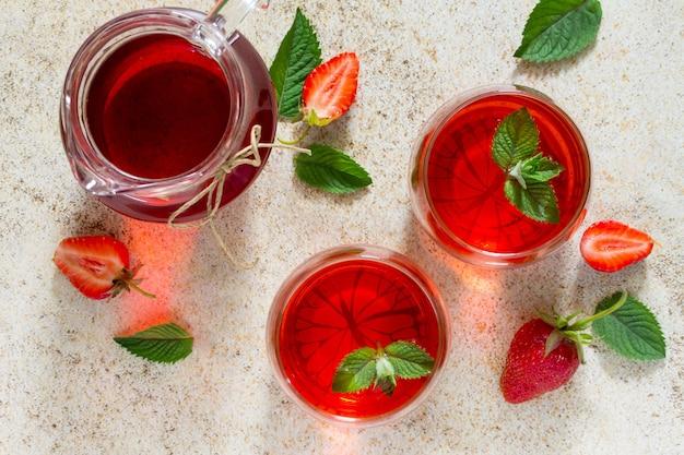 갈색 돌에 상큼한 딸기 음료