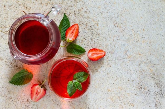 갈색 돌에 복사 공간이있는 상쾌한 딸기 음료