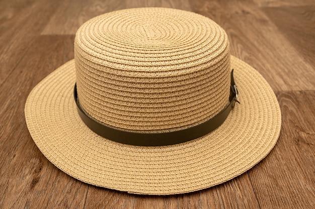 На полу лежит ретро-соломенная шляпа. головной убор женский и мужской.