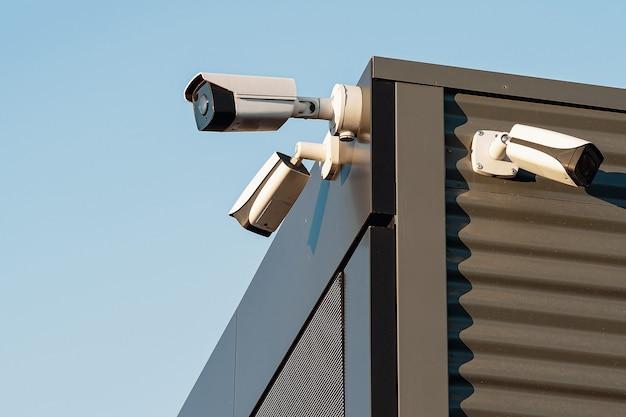 흰색 바탕에 감시 카메라의 검토입니다. 보안 개념입니다. 얼굴 인식. 범죄자에 대한 프로그램 검색.