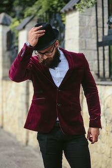 ひげを生やした金持ち、ビジネスを考えて