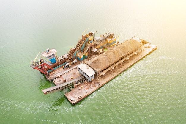 川の船は川の底から砂を抽出します。泥から川をきれいにする