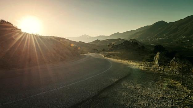 ギリシャ、クレタ島の海と山の間の道