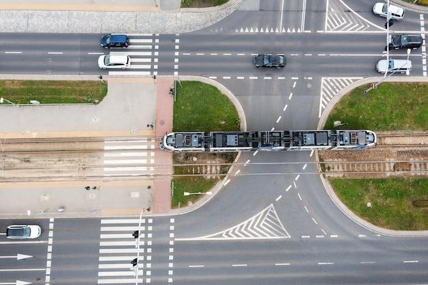 폴란드 브로츠와프(wroclaw), 꼭대기 전망, 트램, 자동차가 있는 도시의 도로가 도로를 따라 지나가고 있습니다.