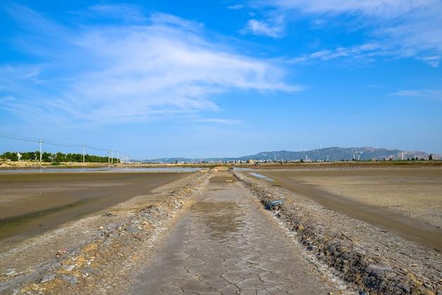 Дорога на соленой щелочной земле, соляной пруд