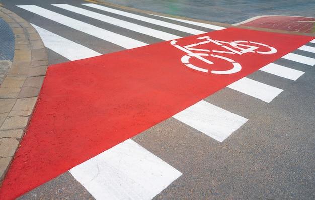 갓 칠한 얼룩말 교차로와 자전거 도로가있는 도로